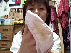 自分の部屋で汚れパンツを撮影