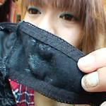 黒パンティーは汚れが目立ちますね